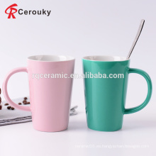 Tazas y tazas de cerámica de leche de desayuno de color