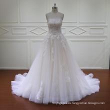 Rebordear adornos de una línea de vestidos de novia