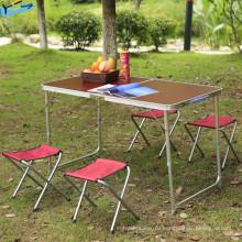 Сложенные столы и стулья