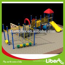 Les plus récents terrains de jeux en plein air avec une structure d'escalade