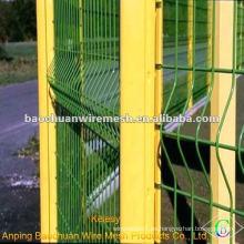 El triángulo soldado verde que dobla la cerca