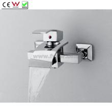 Grifo de bañera de latón montado en la pared grifo de bañera de cascada con desviador (QH0517W)