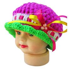 Mão, crochet, bebê, frisado, beanie, chapéu, laço