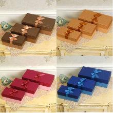 Coffres-cadeaux en papier spécial à couleur différente en couleur avec ruban