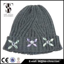 100% acrílico gorrita tejida de encargo del sombrero del invierno de la alta calidad, gorrita tejida de encargo del pom-pom con la joyería