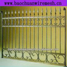 Dekorativ und Schutz mit schönen Metallzaun und Toren