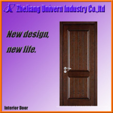 A porta principal de madeira maciça projeta a casa Yf-S07