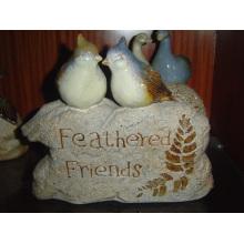 Pájaro de cerámica en la decoración del jardín de piedra