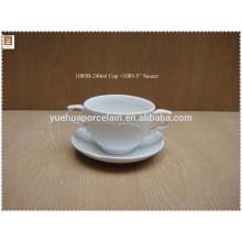 Embosser une tasse en porcelaine blanche à deux poignées et une soucoupe