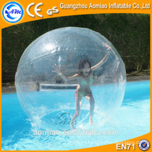 Paseo en bola de plástico de agua / bola de agua de burbujas gigante caminando