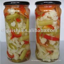légumes en conserve mélangés dans un bocal en verre