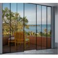 Duas portas estreitas de alumínio com estrutura de vidro deslizante