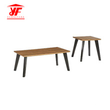Einfacher Holztischplatz in der Mitte