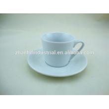 Tasse à café classique en porcelaine avec soucoupe