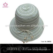 Las señoras forman los sombreros del papel de los sombreros del cubo del papel sombrero para el desgaste del verano