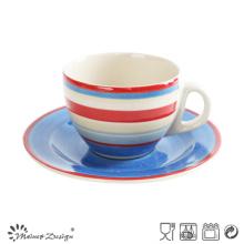 Bonita mano colorida taza y platillo