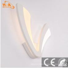 Larga vida de la moderna lámpara de pared en forma de V en la habitación