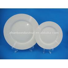 Élégantes assiettes blanches pures pour restaurant et hôtel