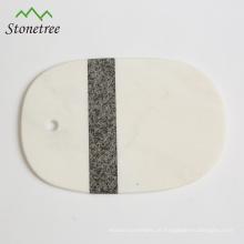 100% natural em mármore ou granito cortando e servindo tábua para queijo