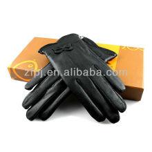 Dame de la mode portant un gant de cuir en peau de mouton sialkot