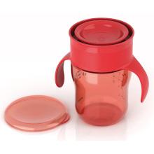 Molde plástico bebendo do copo da criança
