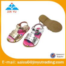 Hermosa chica plana sandalia para niño