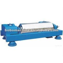 Horizontal spiral centrifugal separating machine