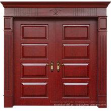 O dobro luxuoso atmosférico sae da porta de entrada de madeira contínua para a casa de campo