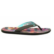 Accrocher les sandales de style tongs en bord de piscine