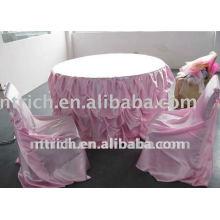 capa de cetim com babados cadeira encantadora e toalha de mesa