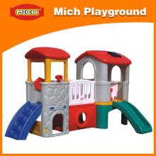 Crianças pequena casa de jogo de plástico com slide