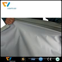Tissu élastique réfléchissant gris argenté cousant sur le gilet de sécurité
