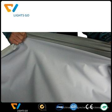 tela elástica reflectante gris plata cosiendo chaleco de seguridad