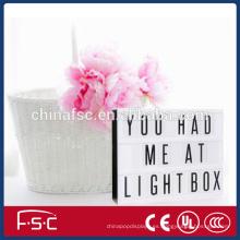 Caja de luz de estilo cinematográfico con letras
