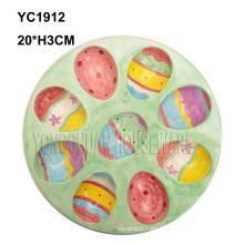 Huevo pintado a mano de cerámica que sirve la cacerola