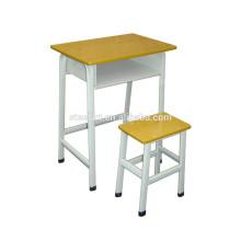 école secondaire utilisé des bureaux d'étudiant et une chaise
