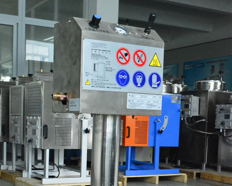 Automatic feeding device for solvent recovery machine