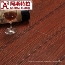 Geprägte Oberfläche mit rotem Laminatboden