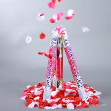 El popper del partido del cañón del confeti para la boda llenó de los pétalos color de rosa cremosos y corazones en blanco.