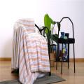 Полосатое двухстороннее флисовое одеяло с фланелевым принтом и кораллами