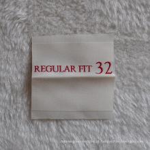 Etiqueta de vestuário dobrada no centro com certificado Ce