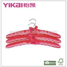 Set aus 3pcs tiefem rotem Satin gepolstertem Kleiderbügel mit Spitze verziert