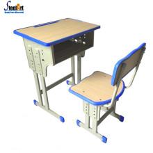 Heiße verkaufende Kinder, die Tabelle und Stühle lesen