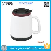 Tasse blanche en céramique à double paroi avec couvercle en silicone