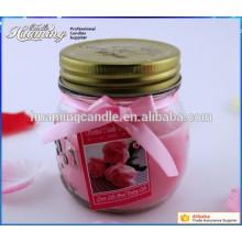 Bougie en verre avec des bougies parfumées parfumées dans un pot en verre