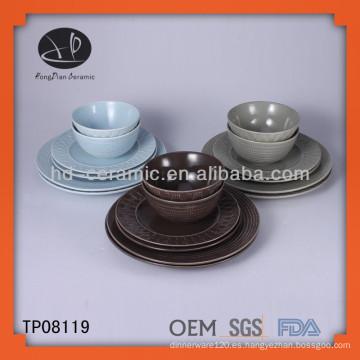 Cena de porcelana de colores, vaso de gres y platillo, taza de cerámica con platillo