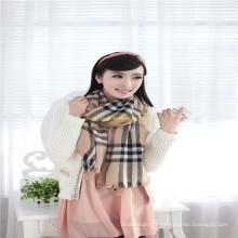 Nouvelle femme de mode ou écharpe fille