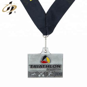 Medalla de desafío de triatlón antiguo barato personalizado muestra gratis con cordón