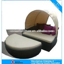 Salão de sol ao ar livre de móveis de vime de lazer com dossel