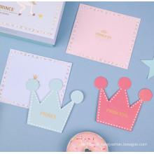 Coroa em forma de cartão de aniversário com envelope